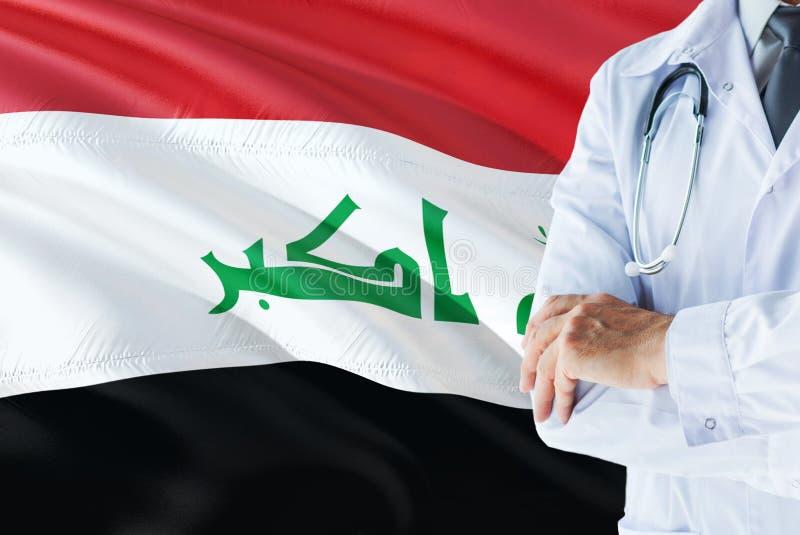 Irakiskt doktorsanseende med stetoskopet på Irak flaggabakgrund Nationellt v?rdsystembegrepp, medicinskt tema arkivfoton