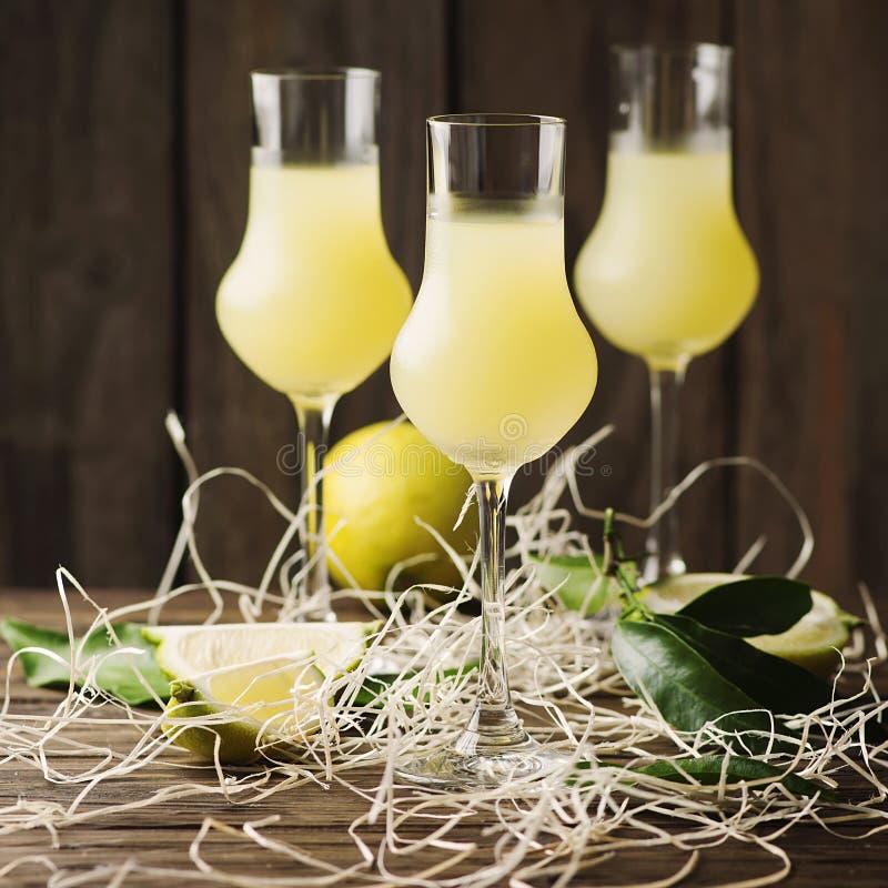 Iralian traditionele likeur met citroenen op de uitstekende lijst stock fotografie