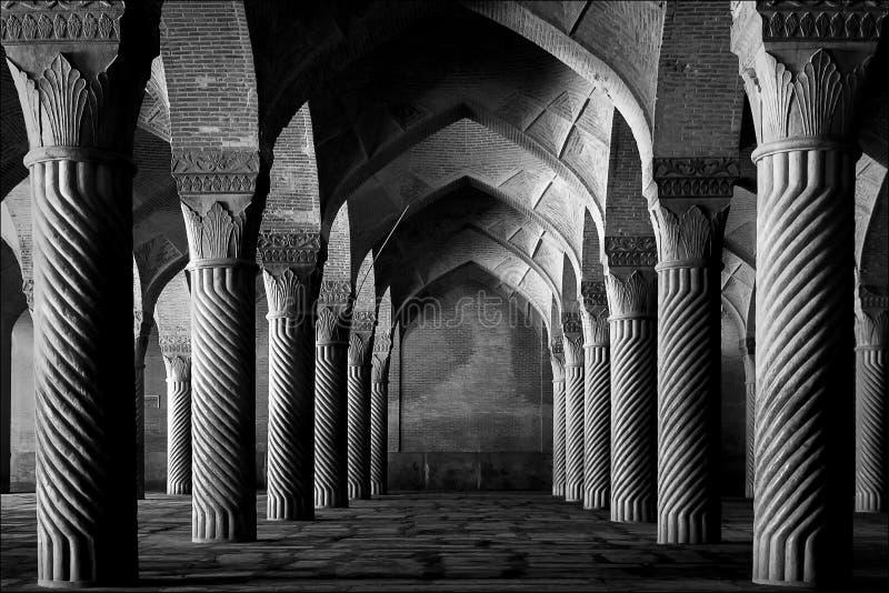 Iran, Shiraz - September 17, 2016: Oude kolommen van de Vakil-Moskee in Shiraz iran Zwart-wit beeld royalty-vrije stock foto