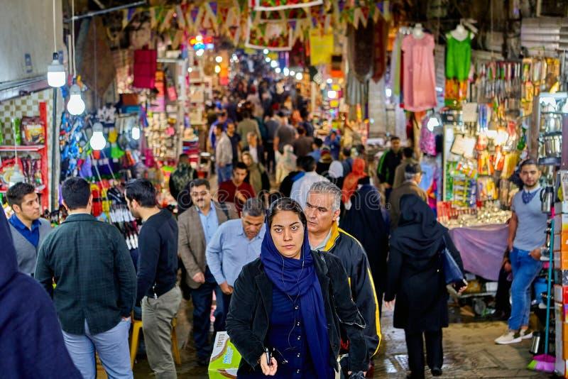 Iranier går den stora marknaden, Teheran, Iran arkivfoton