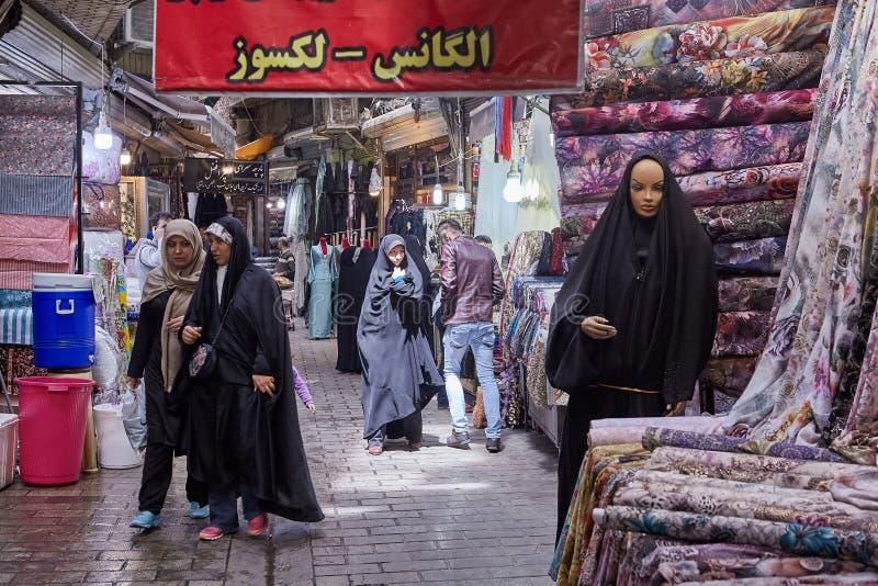 Iranier på storslagen basar i den islamiska republiken av Iran, Teheran arkivbilder