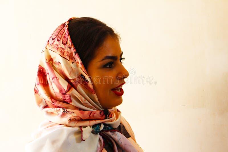 Iranische Frau im Flossen-Garten, Kashan, der Iran stockbilder