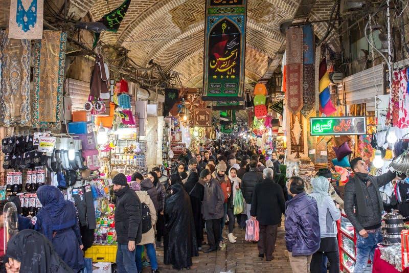 Iranische Leute, die im großartigen Basar in Teheran, der Iran kaufen stockfotografie