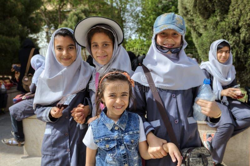 Iranische Schulmädchen, die für Fotografen im Stadtpark, Shiraz aufwerfen lizenzfreies stockbild