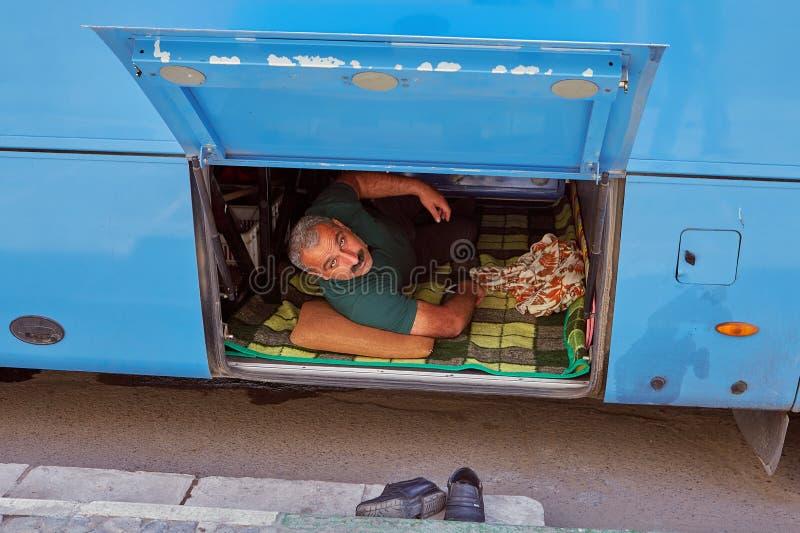 Iranischer Mann im Stamm auf dem Bus, Kashan, der Iran lizenzfreie stockbilder