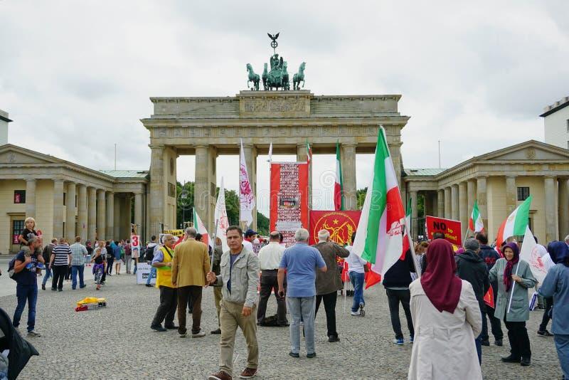 Iranska personer som protesterar p? den Brandenburg porten i Berlin arkivbilder
