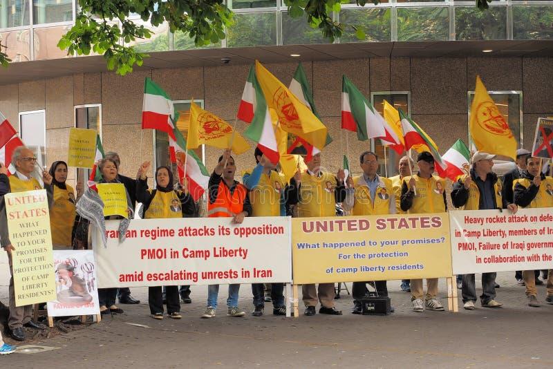 Iranska personer som protesterar som visar mot den nya bombningen av lägerfrihet i Irak royaltyfria foton