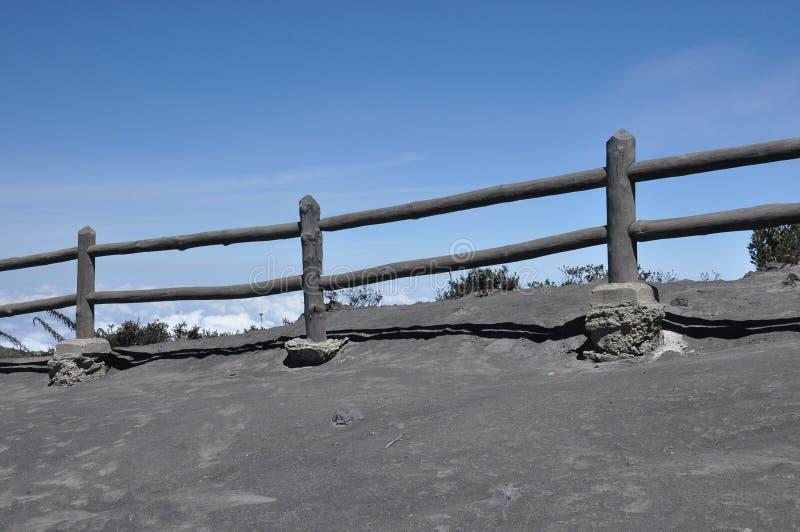 Irazu vulkan i Costa Rica Krater i moln med skyddande barriärer Fragment av lava och polermedel arkivbild