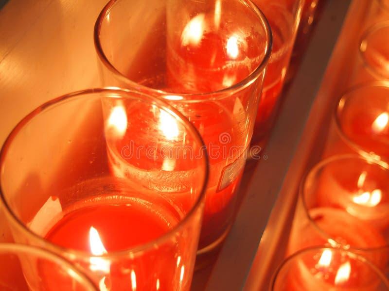 Irgendeine rote Kerze, die in einer Kirche brennt stockbilder