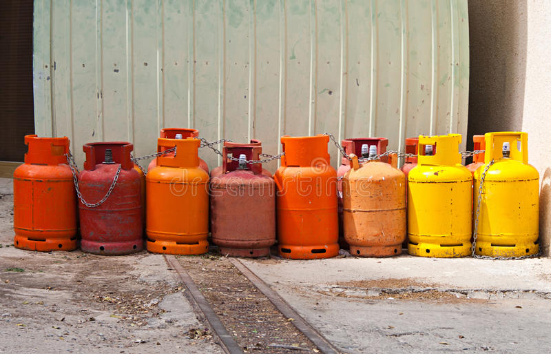 Irgendwelche farbigen Gaszylinder lizenzfreie stockbilder
