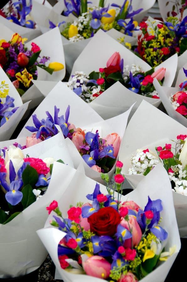 Iridi e tulipani in mazzi nel mercato dell'agricoltore di Redmond immagine stock libera da diritti