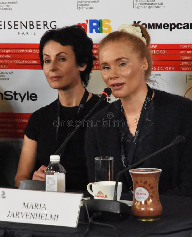 Irina Apeximova, Maria Jarvenhelmi bij persconferentie stock foto's