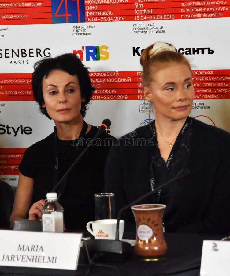 Irina Apeximova, Maria Jarvenhelmi bij persconferentie royalty-vrije stock foto's