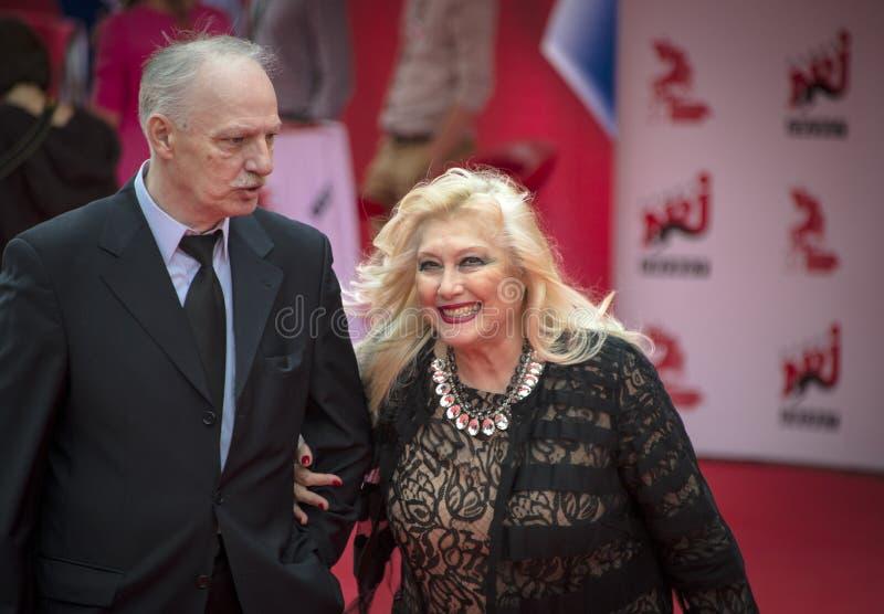 Irina Miroshnichenko met haar echtgenoot op het rode tapijt vóór openings 37 van het Internationale de filmfestival van Moskou stock foto
