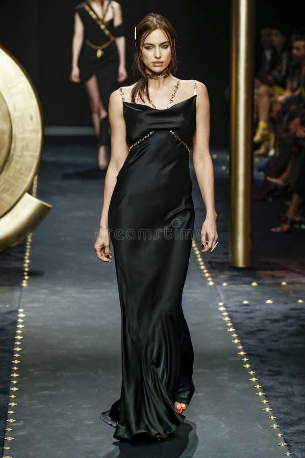 Irina Shayk loopt de baan in Versace toont in Milan Fashion Week Autumn /Winter 2019/20 stock afbeelding