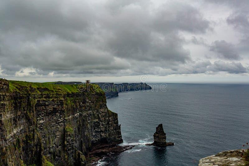 Irische Landschaft der Küste der Klippen von Moher und von Branaunmore-Seestapel stockfotografie