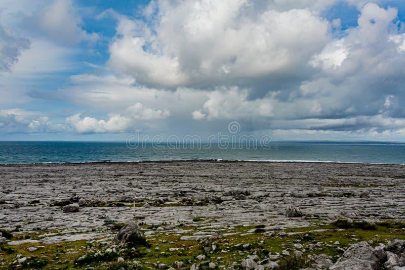 Irische Landschaft des Meeres und felsigen der Kalksteinküste lizenzfreie stockfotografie