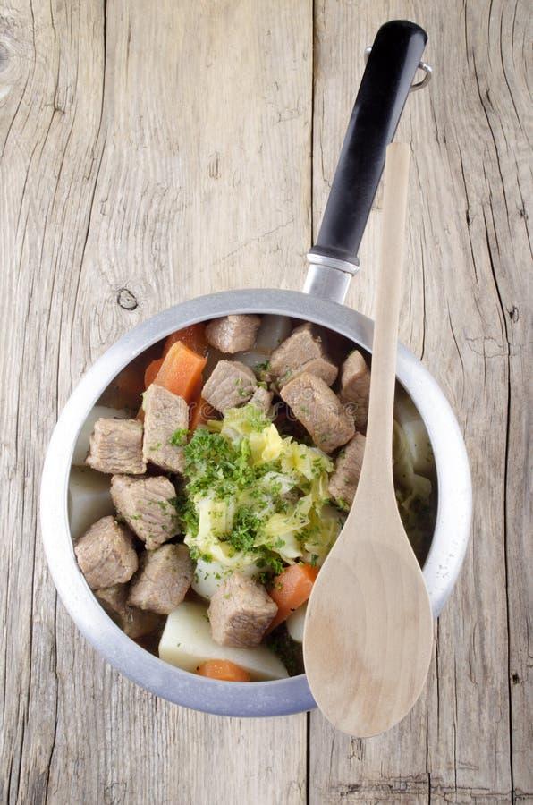 Irischer Rindereintopf mit Gemüse lizenzfreie stockfotografie