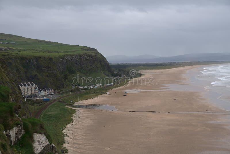 Irischer Strand nahe dem mussenden Tempel lizenzfreies stockfoto