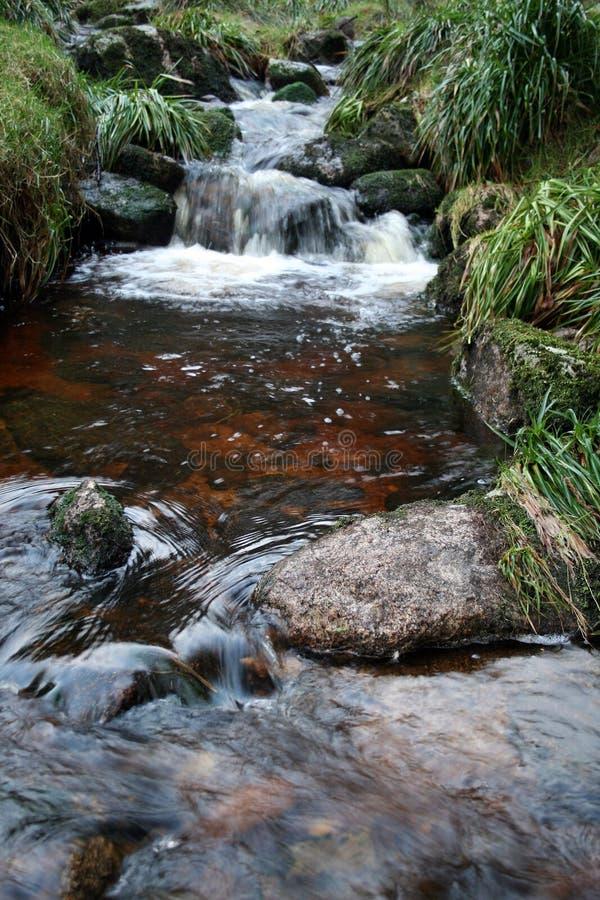 Irischer Torf befleckte Fluss lizenzfreie stockfotos