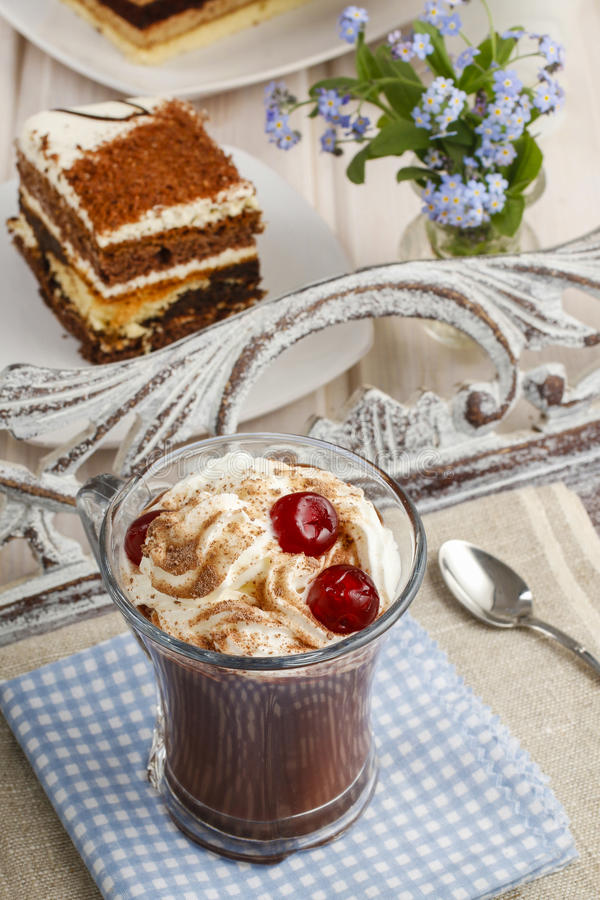 Irish coffee con le ciliege ed il dolce di tiramisù immagine stock libera da diritti