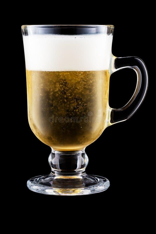 Irish Coffee Cup met bier geïsoleerd op zwarte achtergrond royalty-vrije stock foto