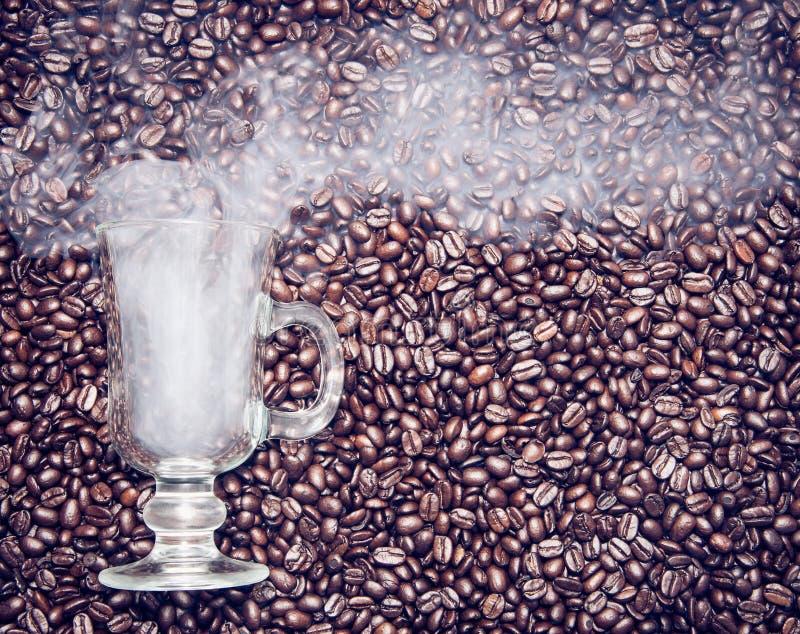 Irishcoffeeglas mit Rauche in den Kaffeebohnen lizenzfreies stockfoto