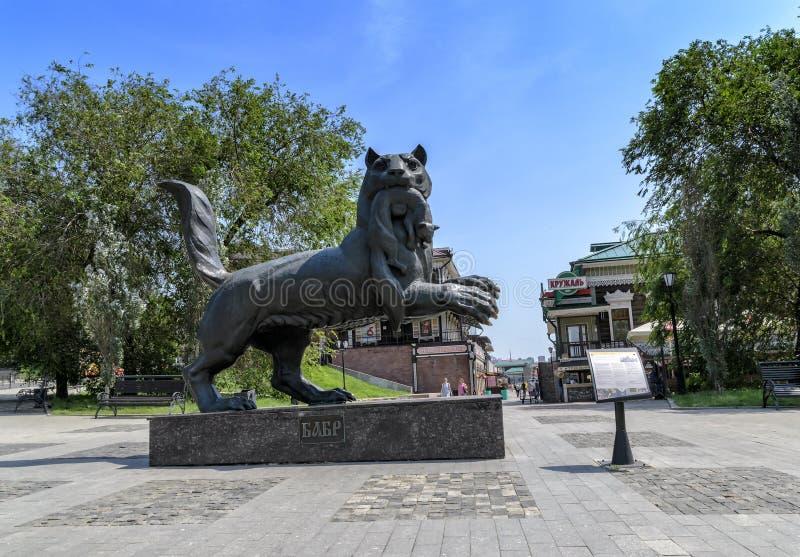 IRKOETSK, RUSLAND - JULI 6, 2019: Siberisch de tijgersymbool van het Babrbeeldhouwwerk van de stad van Irkoetsk stock afbeelding