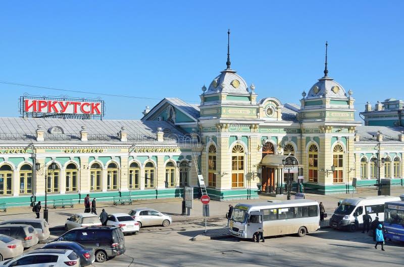 Irkoutsk, Russie, mars, 17, 2017 Voitures près du bâtiment de la gare ferroviaire à Irkoutsk photo libre de droits