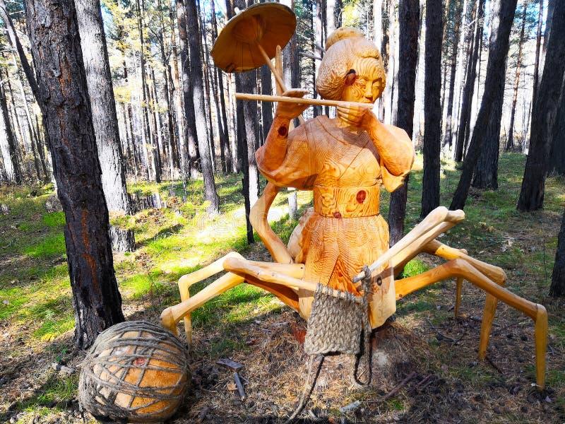 Irkoutsk, Russie - 30 septembre 2018 : Un objet exposé du festival international de la sculpture en bois - weav japonais d'araig photos stock