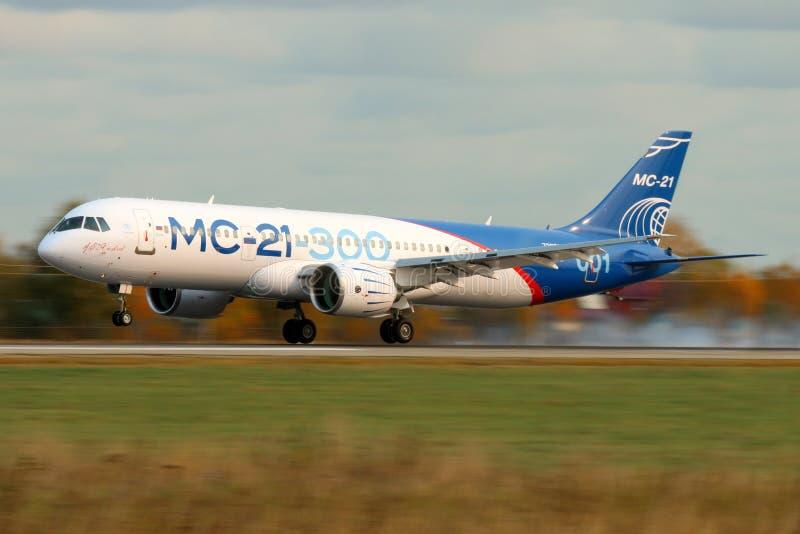 Irkut lidstaten-21 eerste vliegend prototype 73051 van een nieuw Russisch burgerlijk lijnvliegtuig die bij Ramenskoe-luchthaven n stock afbeelding