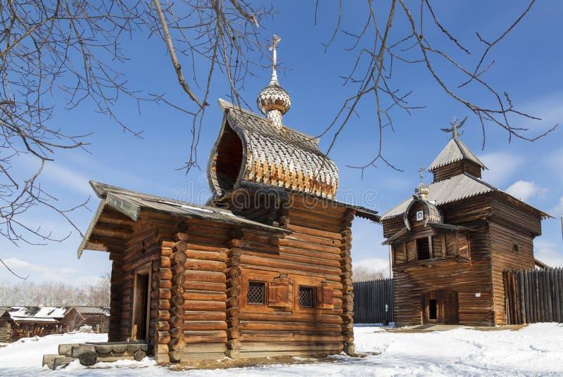 Irkutsk arkitektoniskt och ethnographic museum 'Taltsy ', Det Spasskaya frälsaretornet av Ilimsk stockaded staden, 1667 och Kazan arkivfoto