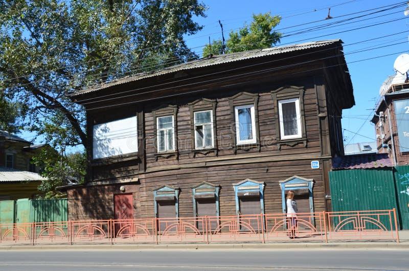 Irkutsk, Rússia, agosto, 29, 2017 A arquitetura pre-revolucionária Casa de madeira velha de um número 23b de 19 séculos na rua de fotografia de stock
