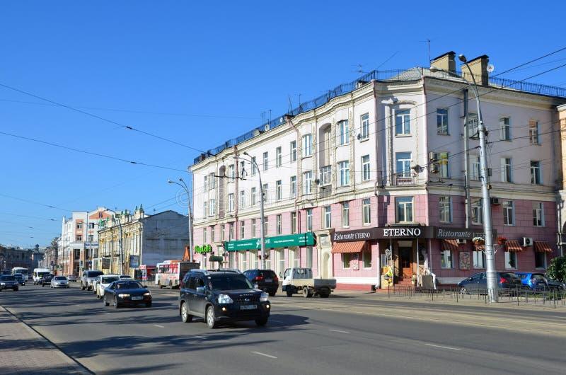 Irkutsk, Rússia, agosto, 29, 2017 O carro está na rua de Lenin, casa 15 Banco de SKB e restaurante Eterno fotografia de stock