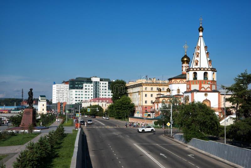 IRKUTSK, RÚSSIA - 7 de julho de 2019: Monumento aos fundadores de Irkutsk e da catedral do esmagamento em Nizhnyaya imagem de stock royalty free