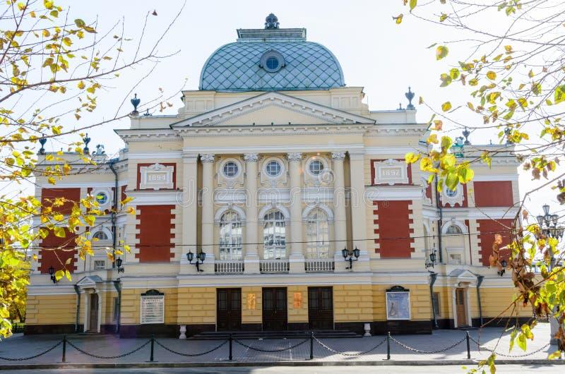 IRKUTSK, RÚSSIA - 6 de outubro de 2012: Teatro do drama de Okhlopkov em Irkutsk, Rússia Teatro do drama da academia de Irkutsk imagens de stock