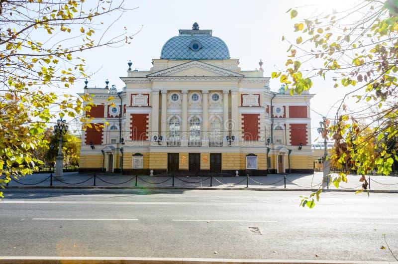 IRKUTSK, RÚSSIA - 6 de outubro de 2012: Teatro do drama de Okhlopkov em Irkutsk, Rússia Teatro do drama da academia de Irkutsk foto de stock royalty free
