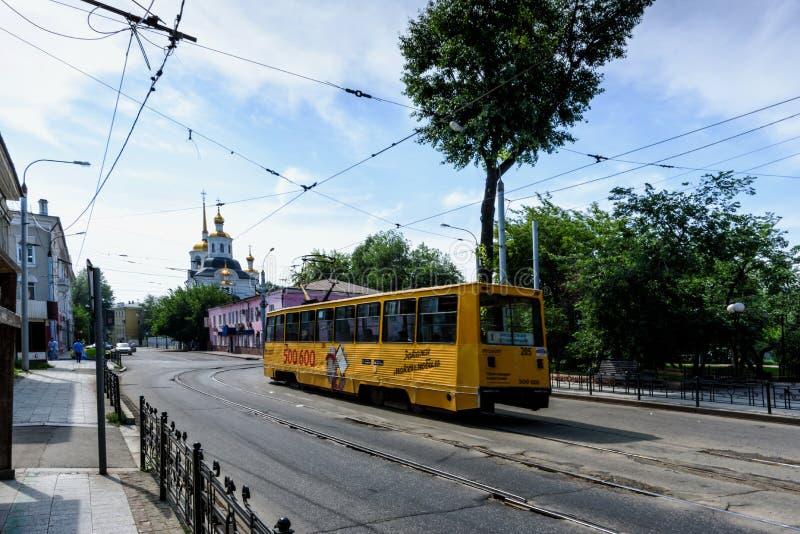 Irkutsk, Rússia, julho, 6, 2019 Bonde com a propaganda que passa perto de Harlampievskaya Michael a igreja do arcanjo foto de stock