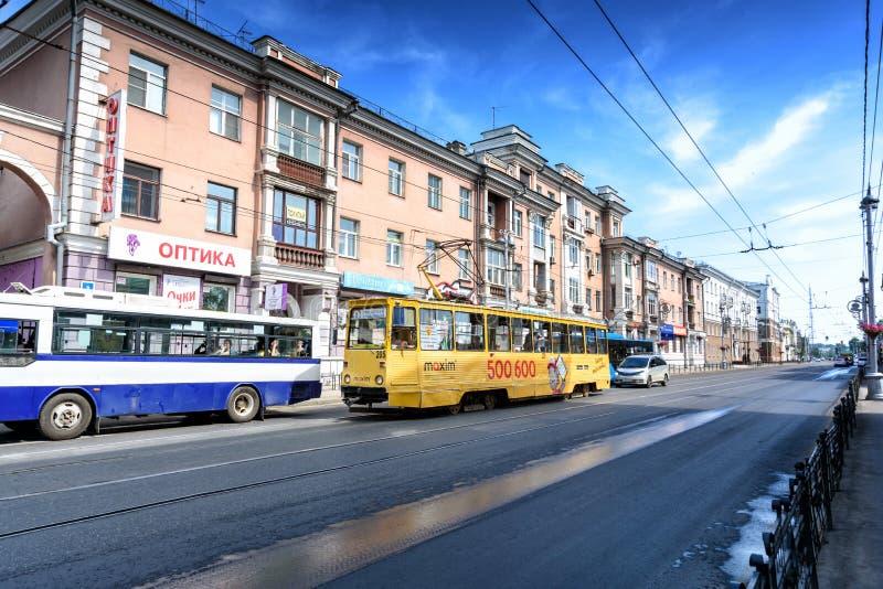 Irkutsk, Rússia, julho, 6, 2019 Bonde e ônibus com a propaganda que passa na rua de Lenin fotos de stock