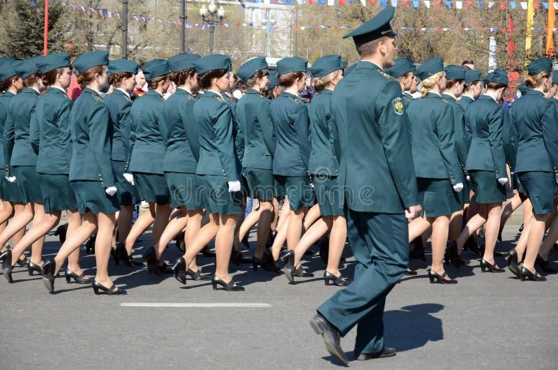 Irkutsk Rosja, Maj, - 9, 2015: Kobiety kolumna Federacyjna Customs usługa na zwycięstwo dnia świętowaniu w Irkutsk obraz royalty free