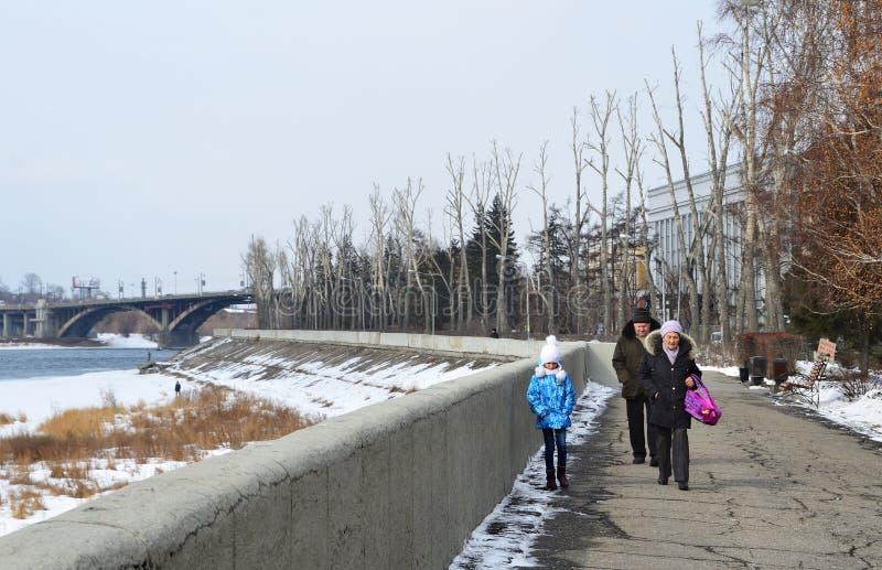 Irkutsk, Rosja, Marzec, 16, 2017 Ludzie chodzi na Verhnyaya bulwarze Angara rzeka fotografia stock