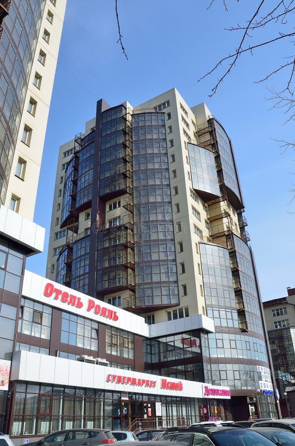 Irkutsk, Rosja, Marzec, 16, 2017 Wysoki budynek w Irkutsk mieście Hotelowego ` Królewski `, supermarketa ` źródła ` Ulica zdjęcie stock