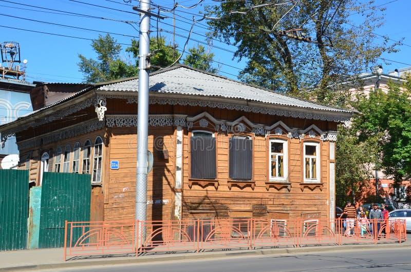 Irkutsk, Rusia, agosto, 29, 2017 La arquitectura pre-revolucionaria Casa de madera vieja del número 23a de 19 siglos en la calle  foto de archivo