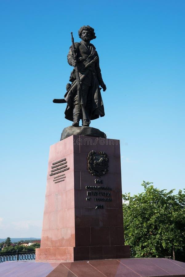 Irkutsk, Rusia - 7 de julio de 2019 Monumento a los fundadores de la ciudad de Irkutsk en la noche en los bancos del Angara fotos de archivo