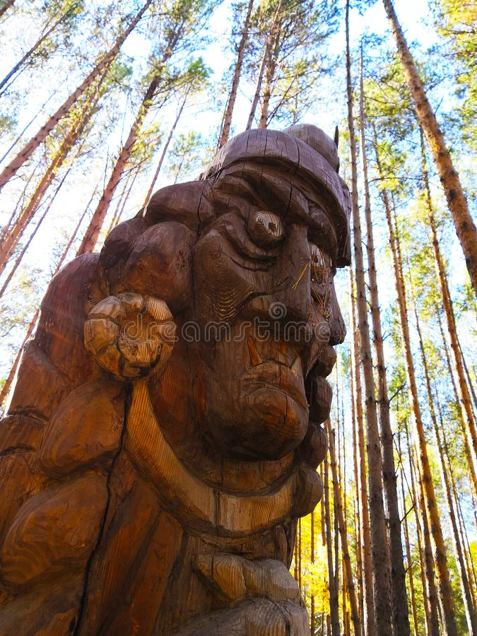 Irkutsk, Rusia - 30 de septiembre de 2018: El objeto expuesto en el festival de madera internacional de la escultura es carácter fotografía de archivo