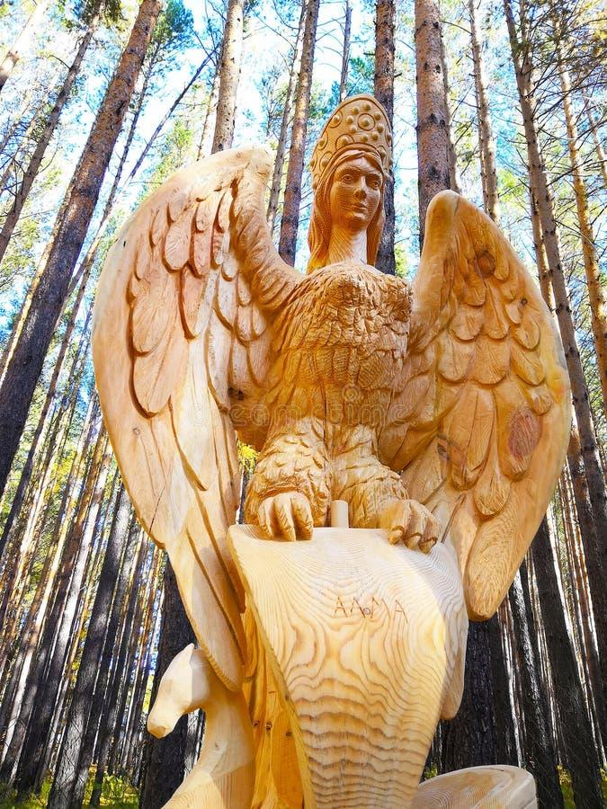 Irkutsk, Rusia - 30 de septiembre de 2018: El objeto expuesto en el festival de madera internacional de la escultura es un mitad- imágenes de archivo libres de regalías