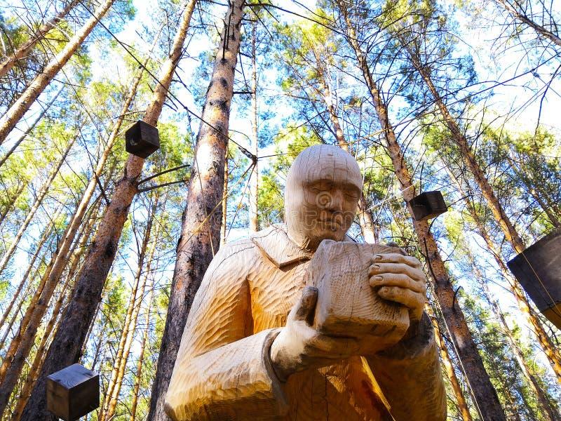 Irkutsk, Rusia - 30 de septiembre de 2018: Objeto expuesto en el festival de madera internacional de la escultura - hombre en el  imagenes de archivo