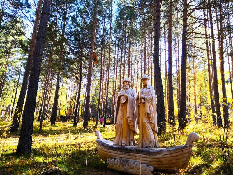 Irkutsk, Rusia - 30 de septiembre de 2018: Objeto expuesto en el festival de madera internacional de la escultura - los santos Pe imagenes de archivo