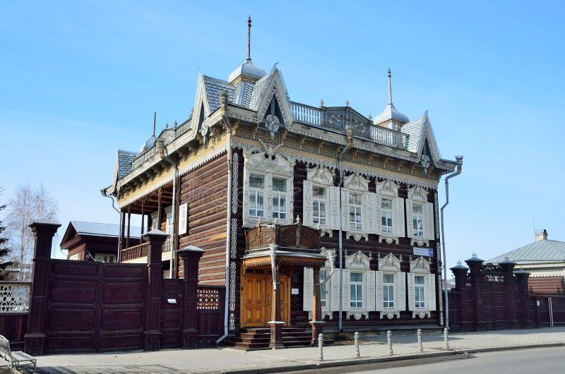 Irkutsk, Rusia, marzo, 16, 2017 Casa de madera del ` de encaje del ` de Shastin mercantil en Irkutsk Calle de Friedrich Engels, c foto de archivo libre de regalías