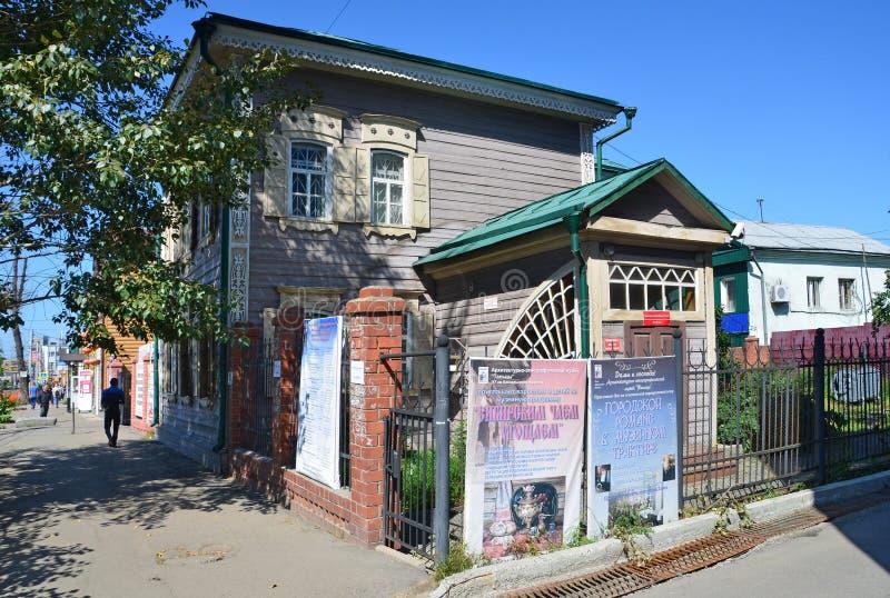 Irkutsk, Russia, augusta, 29, 2017 La gente che cammina vicino nel 1860 all'anno sviluppato casa, è protetta dallo stato fotografia stock